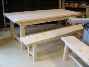 Pöytä ja penkit lähtövalmiina