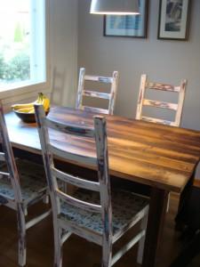 ruokapöytä vanhasta laudasta