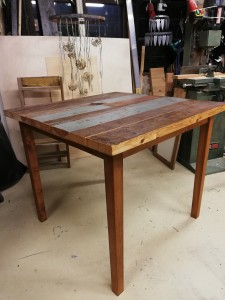 Pieni ruokapöytä lattialankuista