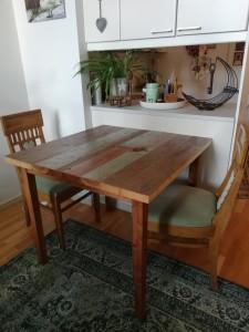 Pieni ruokapöytä kierrätysmateriaalista